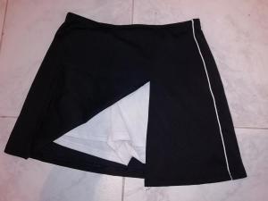 mini-jupe culotte noire/blanche portée
